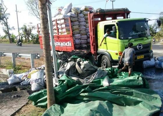 Nusabali.com - parkir-di-depan-acjn-truk-muat-arang-terbakar