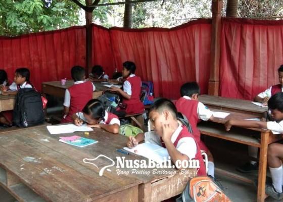 Nusabali.com - gedung-kelas-direhab-murid-belajar-di-tempat-parkir