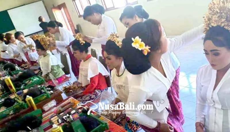 www.nusabali.com-dilatih-selama-200-jam-peserta-tata-rias-ujian
