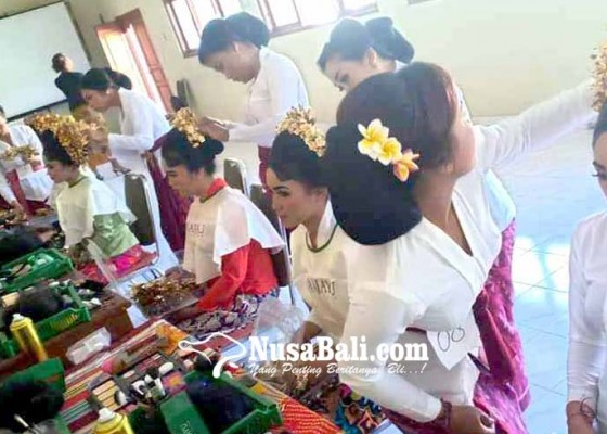 Nusabali.com - dilatih-selama-200-jam-peserta-tata-rias-ujian