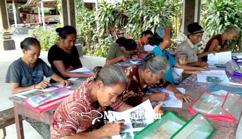www.nusabali.com-memulai-belajar-menulis-lansia-gemetar