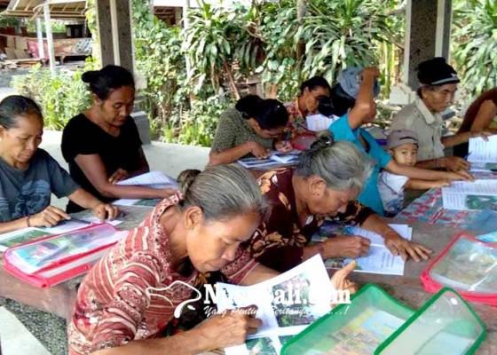Nusabali.com - memulai-belajar-menulis-lansia-gemetar