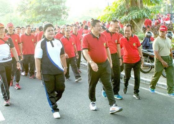 Nusabali.com - jelang-pelantikan-presiden-polres-jembrana-ajak-masyarakat-jalan-santai