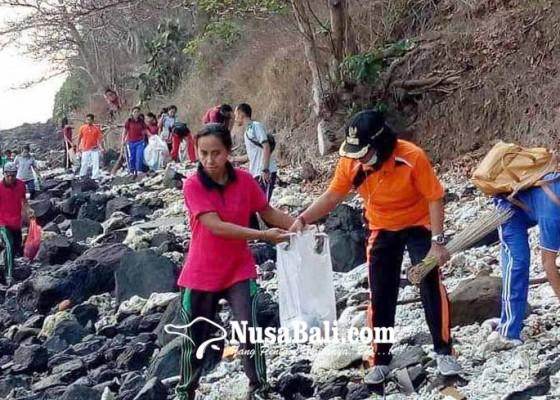 Nusabali.com - pantai-bangklangan-diserbu-sampah-plastik-kiriman