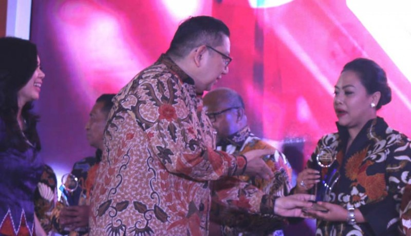 www.nusabali.com-bupati-eka-wiryastuti-dapat-penghargaan-sang-pemimpin