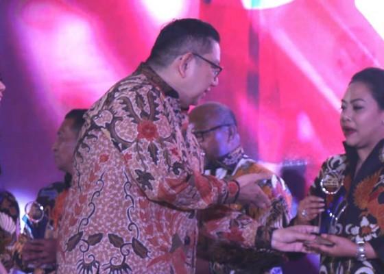 Nusabali.com - bupati-eka-wiryastuti-dapat-penghargaan-sang-pemimpin
