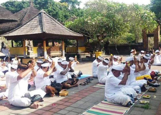 Nusabali.com - dewan-tabanan-sembahyang-bersama-doakan-pelantikan-presiden-lancar