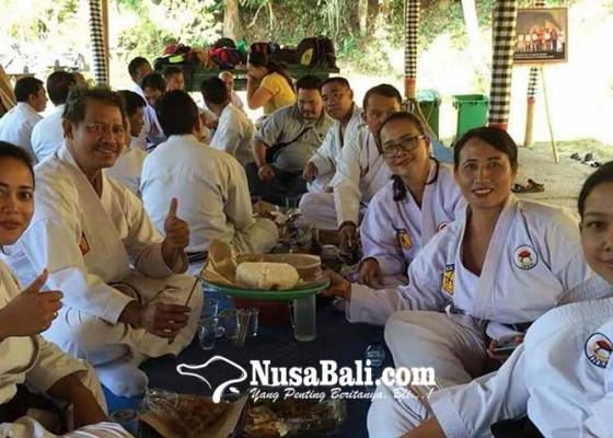Nusabali.com - wasit-dan-juri-karate-bali-magibung-di-penaban