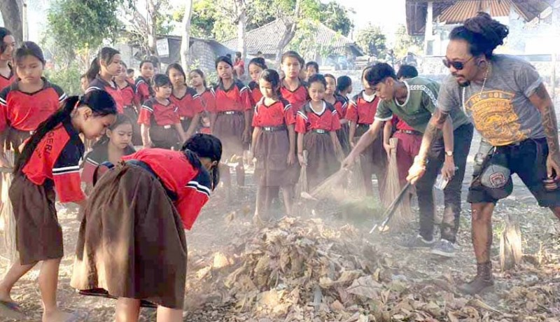www.nusabali.com-komunitas-motor-bersihkan-sampah-plastik-di-pantai-lebah