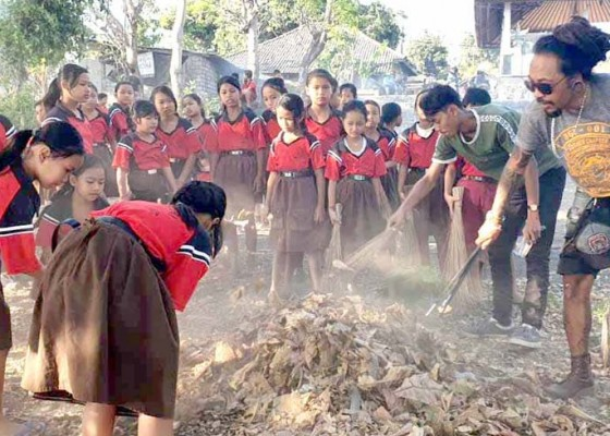 Nusabali.com - komunitas-motor-bersihkan-sampah-plastik-di-pantai-lebah