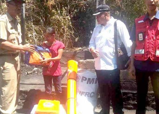 Nusabali.com - bpbd-dan-pmi-bantu-korban-kebakaran