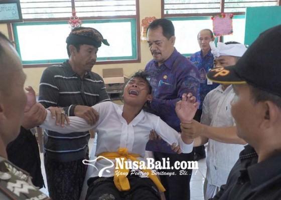 Nusabali.com - 4-siswi-smpn-4-banjarangkan-kesurupan