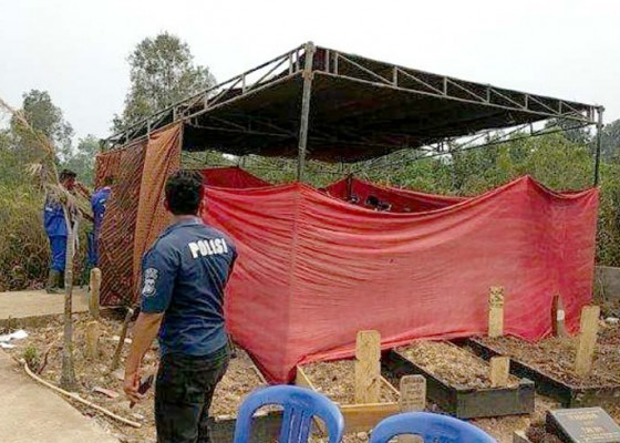 Nusabali.com - makam-mahasiswa-unitas-dibongkar