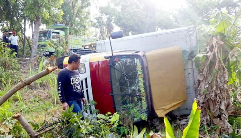 www.nusabali.com-sopir-diduga-ngantuk-truk-box-terjun-ke-kebun