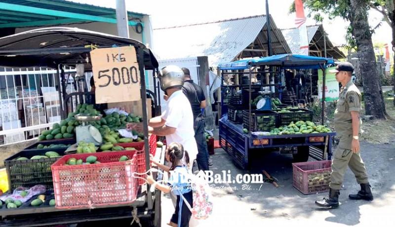www.nusabali.com-jualan-di-pinggir-jalan-5-pedagang-buah-terciduk-satpol-pp