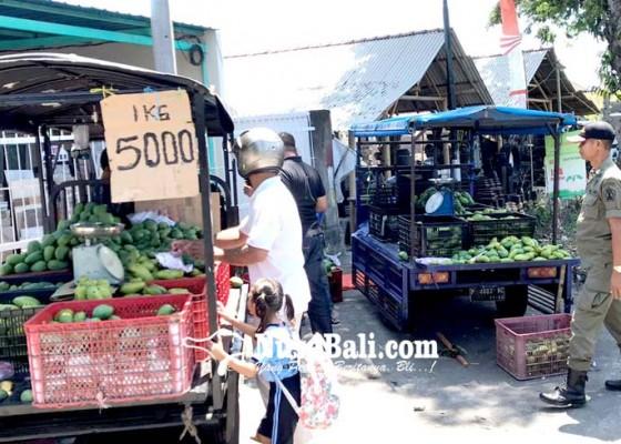 Nusabali.com - jualan-di-pinggir-jalan-5-pedagang-buah-terciduk-satpol-pp