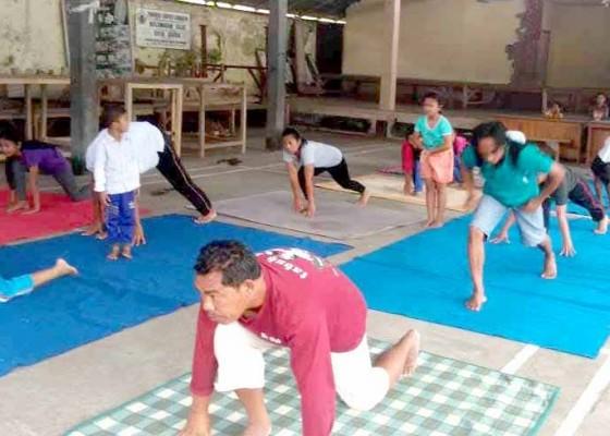 Nusabali.com - cek-kesehatan-dan-yoga-di-banjar-pegubugan