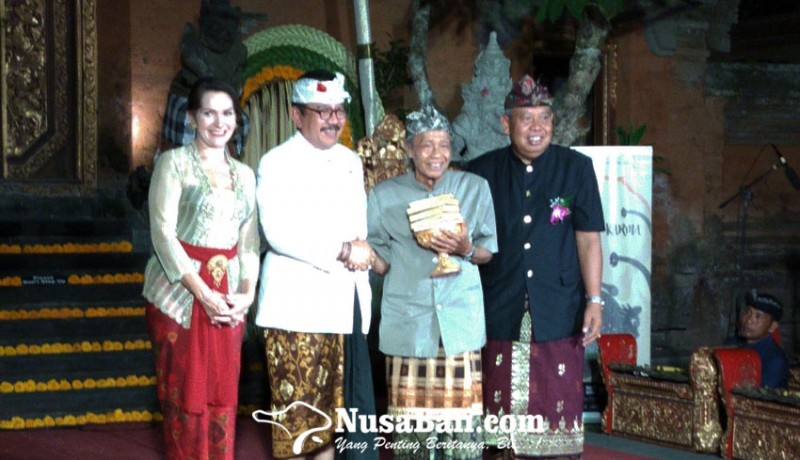 www.nusabali.com-made-taro-dianugerahi-award-of-a-lifetime-achievement