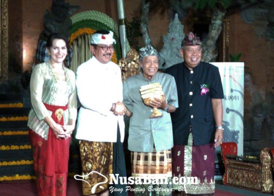 Nusabali.com - made-taro-dianugerahi-award-of-a-lifetime-achievement