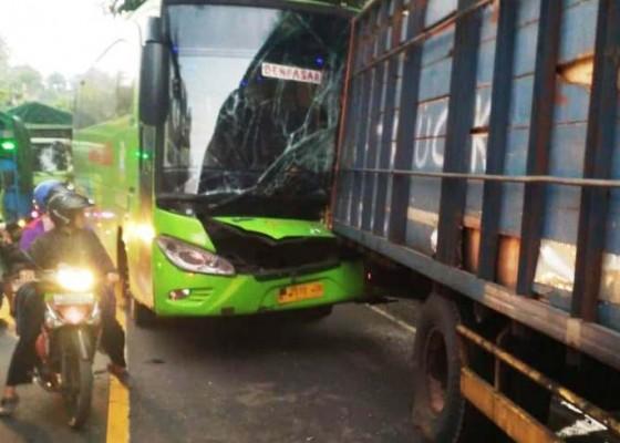 Nusabali.com - truk-vs-bus-arus-lalin-macet-3-jam