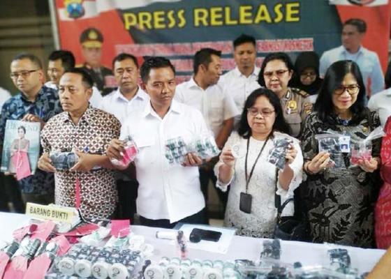 Nusabali.com - peredaran-kosmetik-ilegal-digerebek