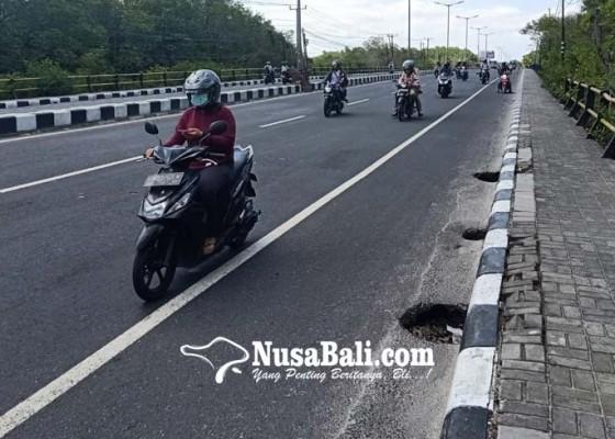 Nusabali.com - awas-jalan-rusak-bypass-ngurah-rai-rawan-kecelakaan