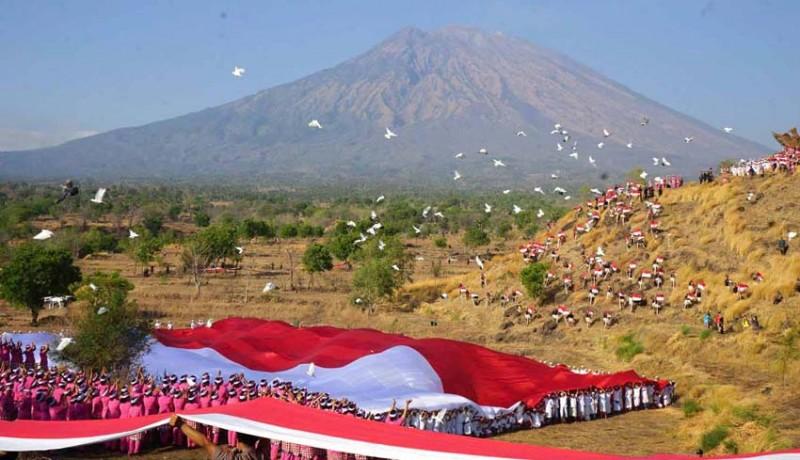 www.nusabali.com-polda-bali-bentangkan-bendera-1928-m-gelorakan-perdamaian-untuk-papua