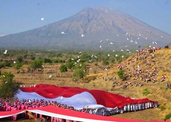 Nusabali.com - polda-bali-bentangkan-bendera-1928-m-gelorakan-perdamaian-untuk-papua
