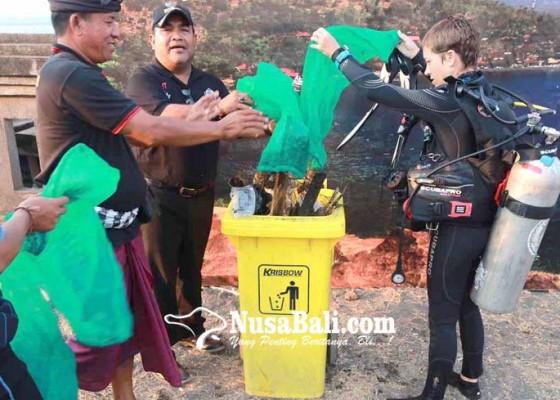Nusabali.com - 26-penyelam-bersihkan-plastik-di-laut