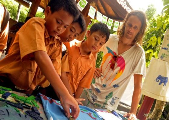 Nusabali.com - pelajar-sd-diedukasi-bikin-karya-seni-dari-sampah-plastik