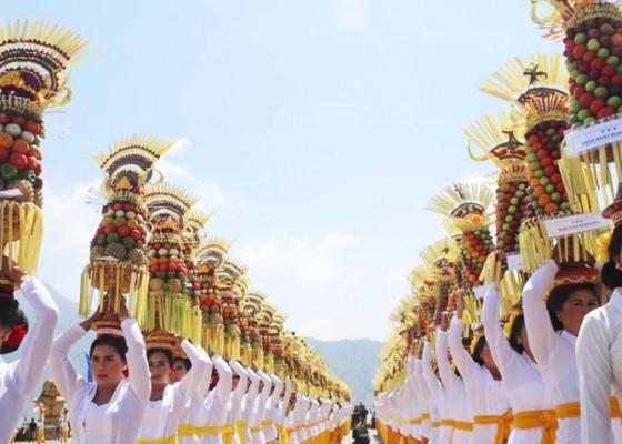 Nusabali.com - diramaikan-parade-gebogan-sayur-dan-buah-lokal