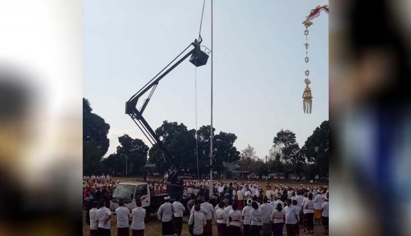 www.nusabali.com-bendera-jatuh-usai-dikerek-tentara-panjat-tiang