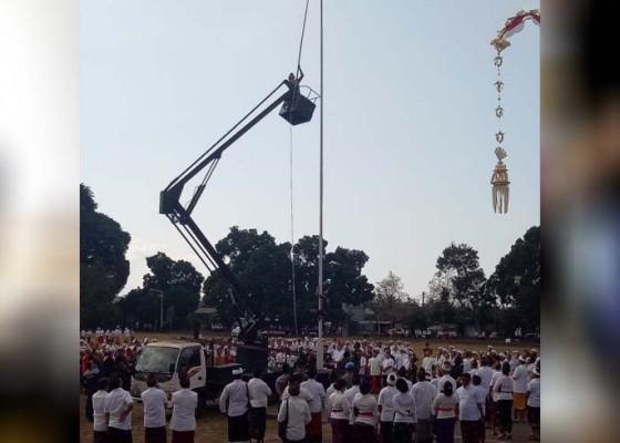 Nusabali.com - bendera-jatuh-usai-dikerek-tentara-panjat-tiang