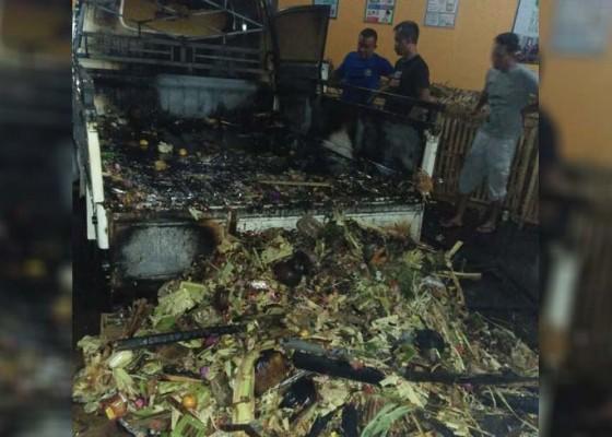 Nusabali.com - mobil-pengangkut-sampah-terbakar