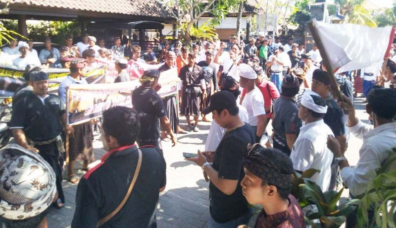 www.nusabali.com-ribuan-krama-canggu-tolak-eksekusi-pura-hyang-ibu-pasek-gaduh