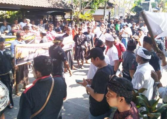 Nusabali.com - ribuan-krama-canggu-tolak-eksekusi-pura-hyang-ibu-pasek-gaduh