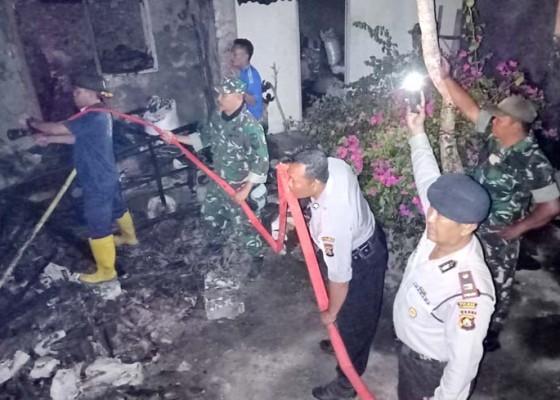 Nusabali.com - korsleting-listrik-rumah-di-nusa-penida-terbakar