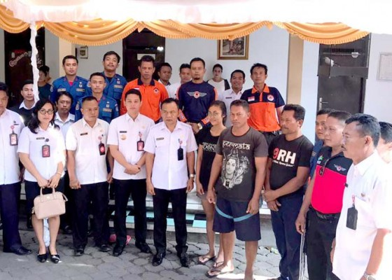 Nusabali.com - bpbd-serahkan-bantuan-ke-korban-kebakaran