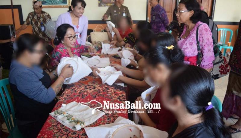 www.nusabali.com-aries-sujati-ajari-warga-binaan-menyulam