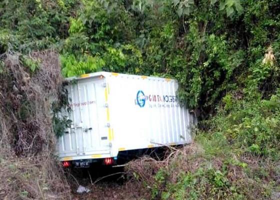 Nusabali.com - sopir-diduga-ngantuk-truk-box-masuk-semak-semak