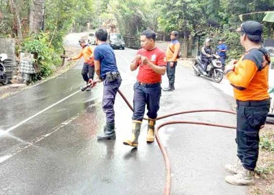 Nusabali.com - bpbd-bersihkan-tumpahan-oli