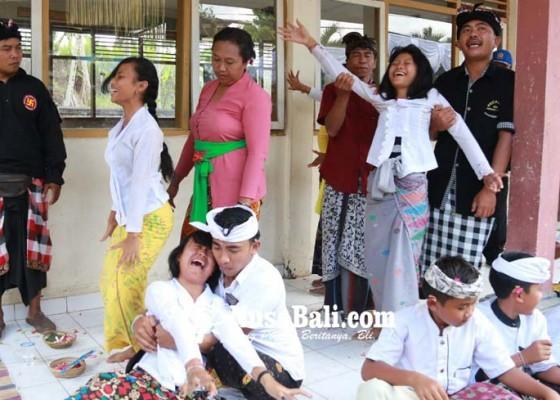 Nusabali.com - 8-siswi-malah-kembali-kerauhan-usai-upacara-pecaruan