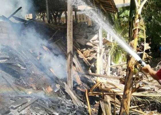 Nusabali.com - bakar-sampah-rumah-dan-gudang-ikut-terbakar