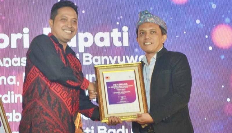 www.nusabali.com-bupati-giri-prasta-terima-penghargaan-most-populer-leader-in-social-media-2019