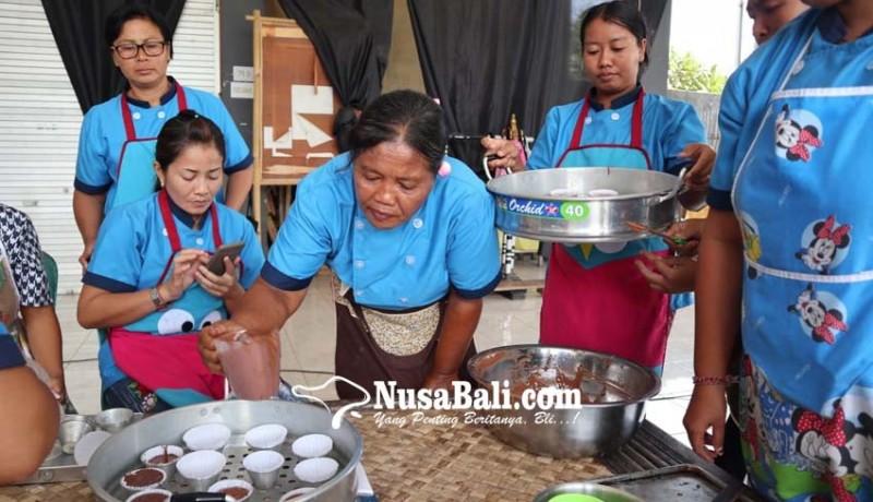 www.nusabali.com-diharapkan-jadi-wirausaha-pkk-dilatih-membuat-kue