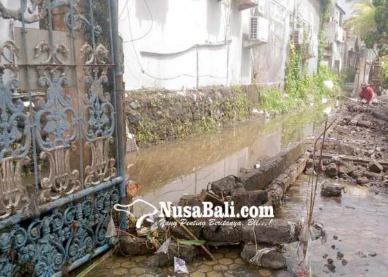 Nusabali.com - panyengker-roboh-diterjang-air