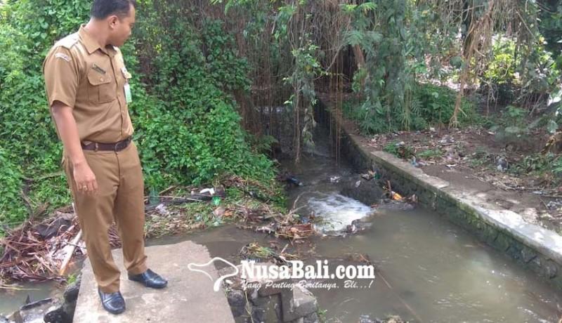 www.nusabali.com-jalan-raya-desa-mas-langganan-banjir