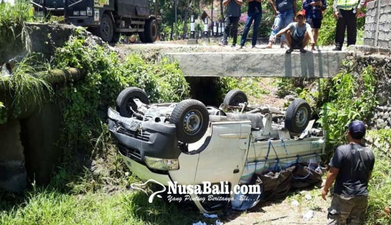 www.nusabali.com-sopir-diduga-ngantuk-pick-up-terguling-ke-got