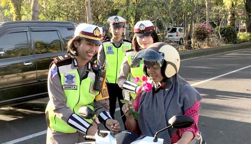 www.nusabali.com-hari-terakhir-operasi-zebra-polisi-bagikan-helm-dan-bunga-mawar