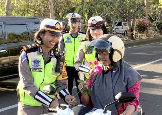 Nusabali.com - hari-terakhir-operasi-zebra-polisi-bagikan-helm-dan-bunga-mawar
